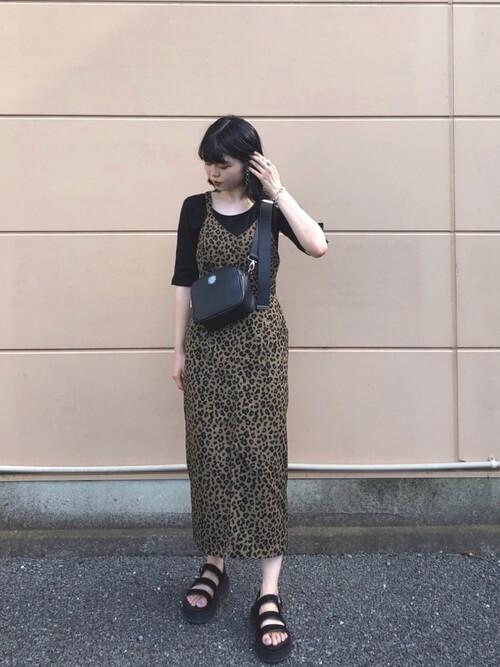 柄物のオールインワン×黒のTシャツ×黒のサンダル×黒のショルダーバッグ