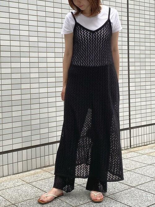 黒のキャミワンピ×白のTシャツ×黒のパンツ×ベージュのサンダル