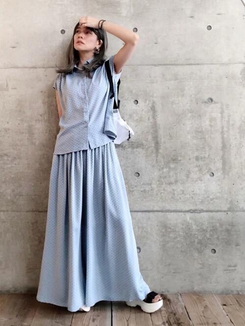 スカンツ×ブルーのドットシャツ×黒のサンダル×白のバッグ