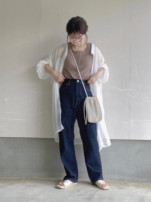アビスカラーのパンツ×白のロングシャツ×ベージュのタンクトップ×白のサンダル