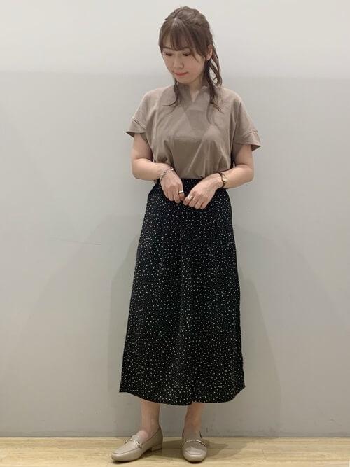 黒のスカーチョ×ベージュのTシャツ×ベージュのパンプス