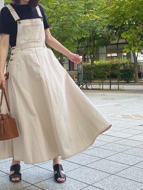 白のジャンパースカート×黒のTシャツ×キャメルのバッグ×サボサンダル