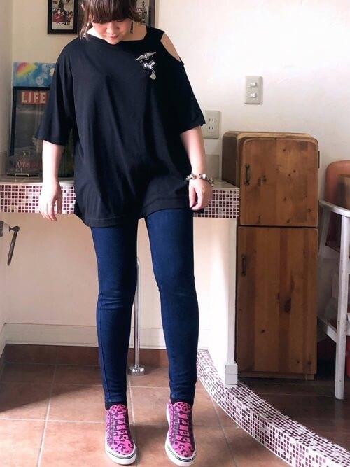 黒のTシャツ×スキニーデニム×ピンクのスリッポン
