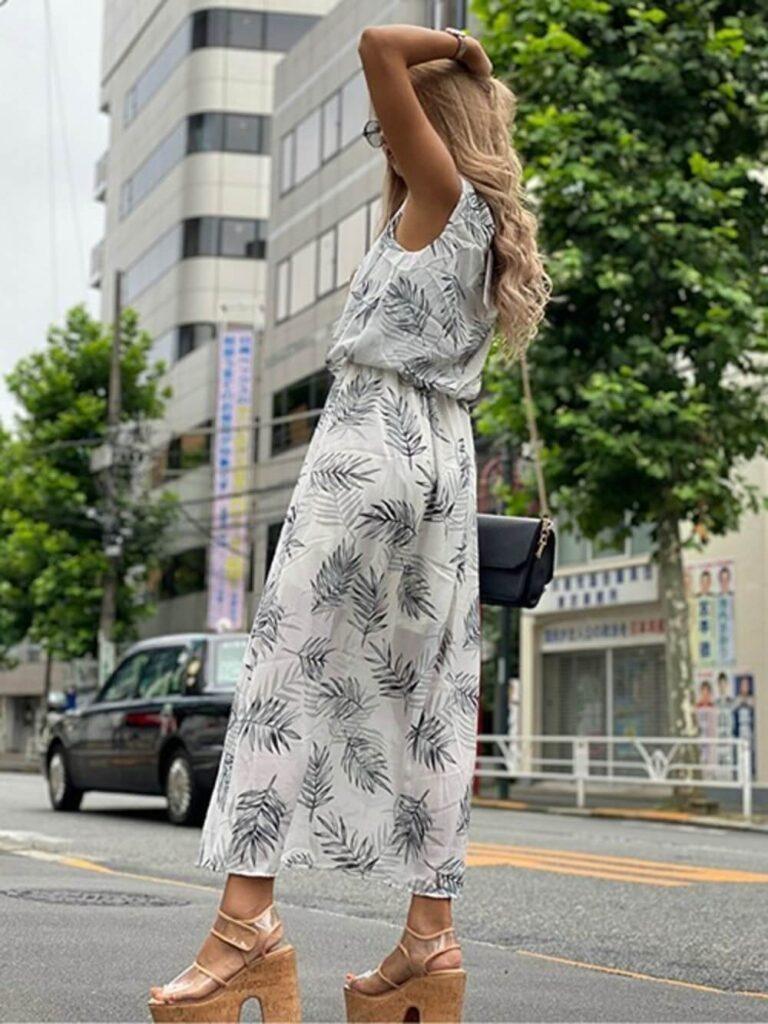 総柄ワンピ×クリアサンダルのリゾートファッションコーデ