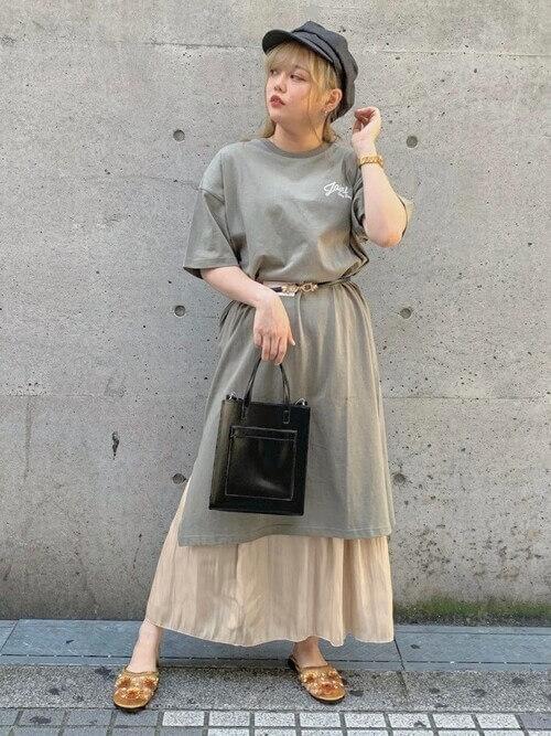 Tシャツワンピ×ベージュのフレアスカート×サンダル×キャスケットの夏コーデ