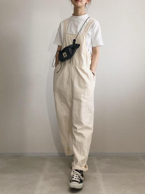 白のサロペット×白のTシャツ×黒のスニーカー×黒のボディバッグ