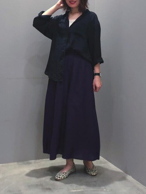 黒のスカーチョ×黒のシャツ×レオパード柄のパンプス