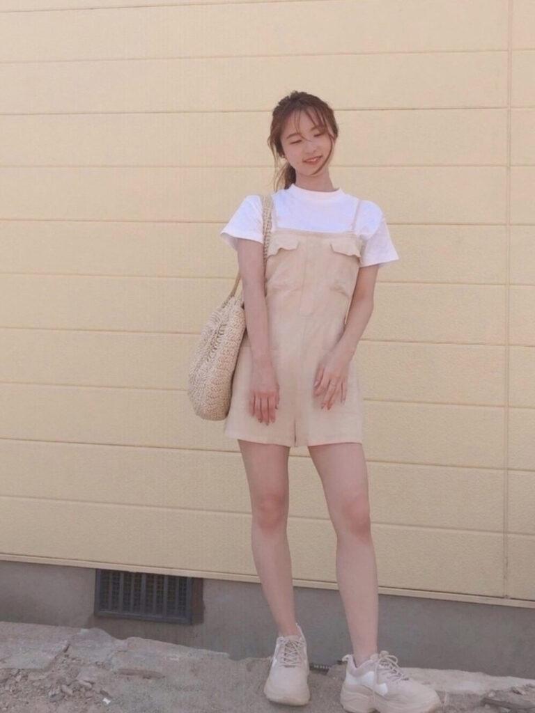 白のTシャツ×スニーカー×サロペット(ショートパンツ)の夏コーデ