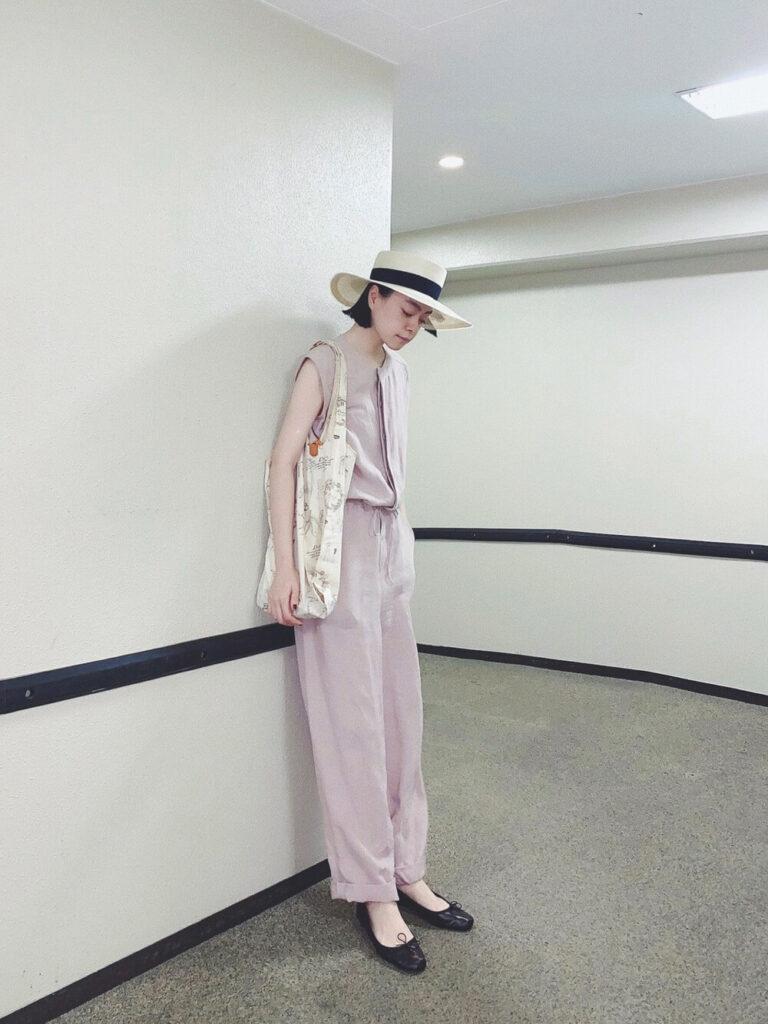 ストローハット×黒のバレエシューズ×ピンクのオールインワン夏コーデ