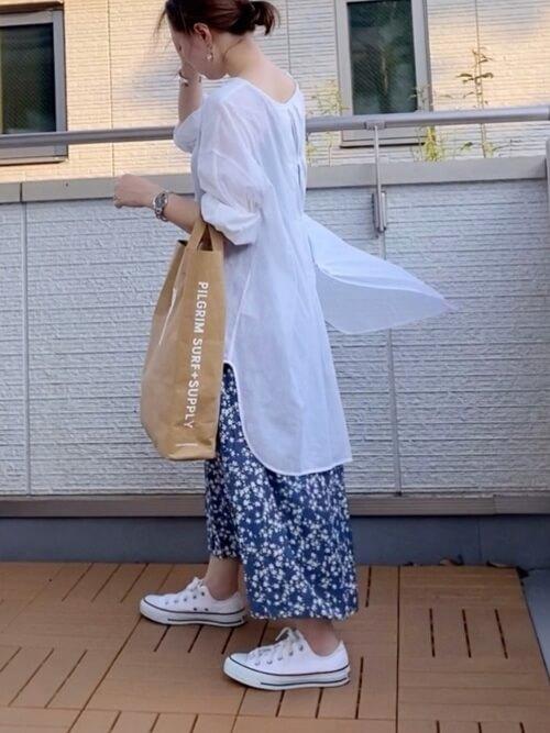 アビスカラーのスカート×白のロングブラウス×白のスニーカー×ベージュのトートバッグ