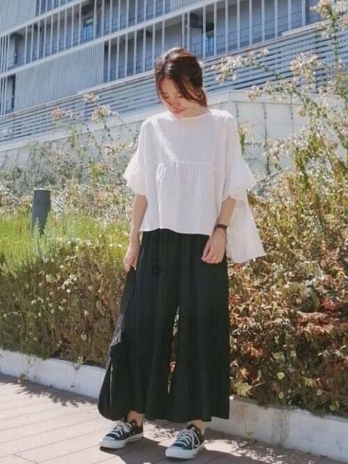 黒のスカーチョ×白のブラウス×黒のスニーカー