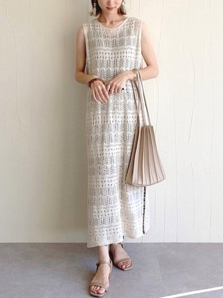 シアーニットワンピース×総柄スカート×サンダルのリゾートファッションコーデ
