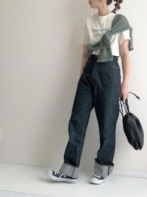 グリーンのカーディガン×白のロゴ入りTシャツ×デニムパンツ×黒のスニーカー×ショルダーバッグ