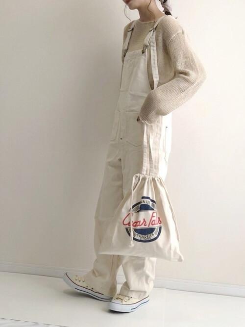 白のサロペット×ベージュのシアーニット×白のスニーカー×白の巾着バッグ