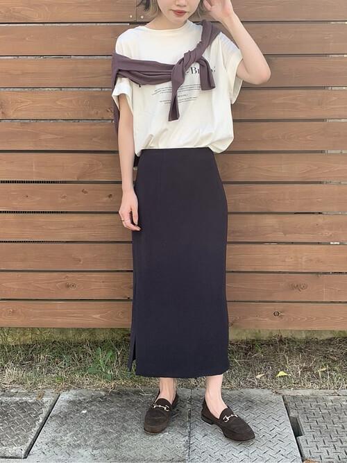 サマーカーディガン×黒のタイトスカート×白のビッグロゴTシャツ×黒のローファー