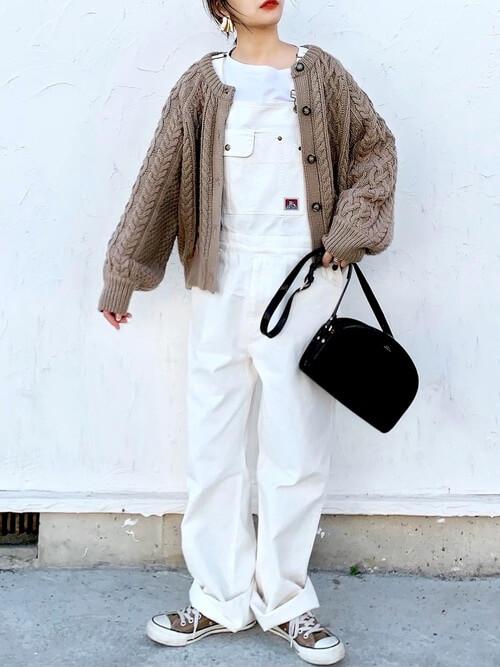 白のサロペット×ベージュのカーディガン×ブラウンのスニーカー×黒のショルダーバッグ