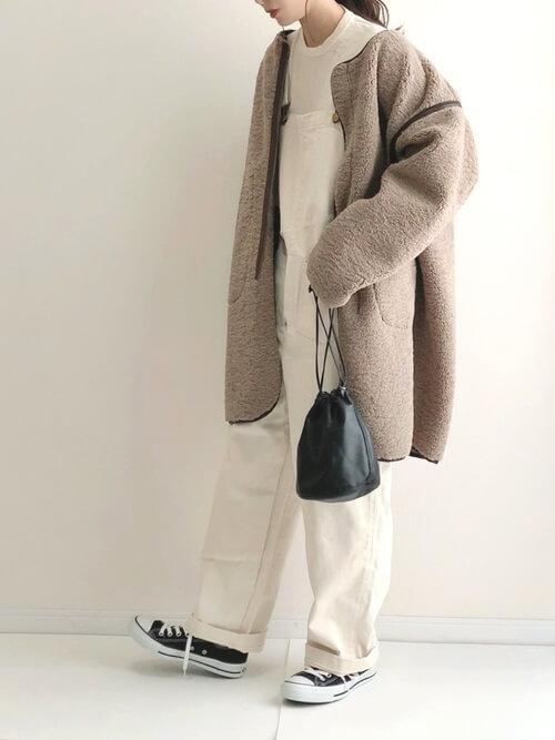 白のサロペット×ボアコート×黒のスニーカー×黒の巾着バッグ