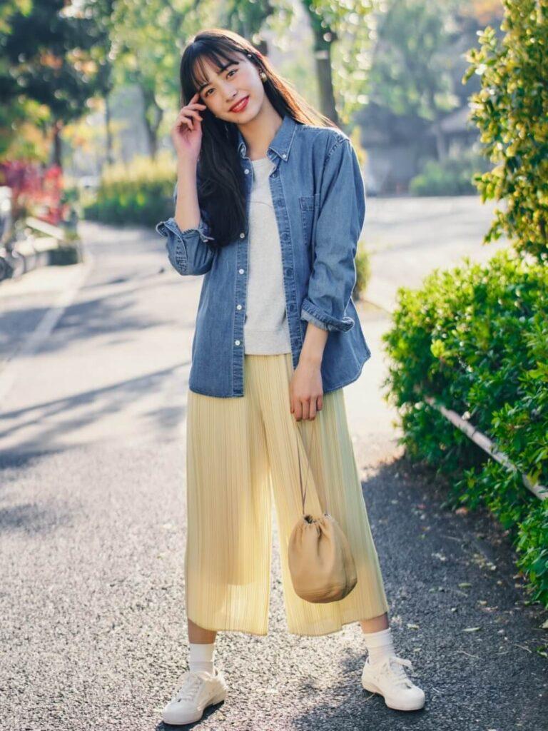 ユニクロのスカーチョ×デニムシャツ×スウェットシャツ×スニーカー