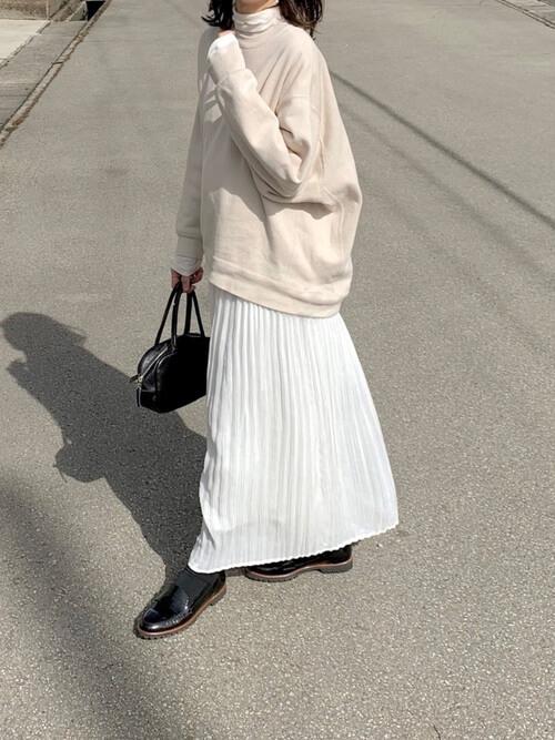 白のスカーチョ×ベージュのトレーナー×白のハイネックカットソー×黒のローファー