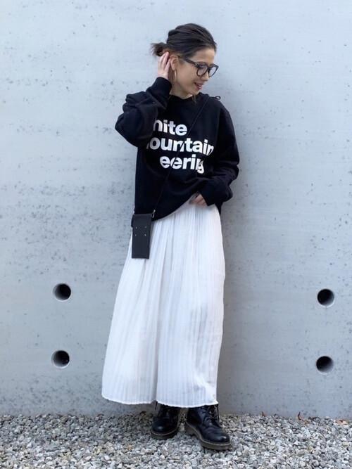 白のスカーチョ×黒のロゴトレーナー×黒のブーツ×黒のショルダーバッグ