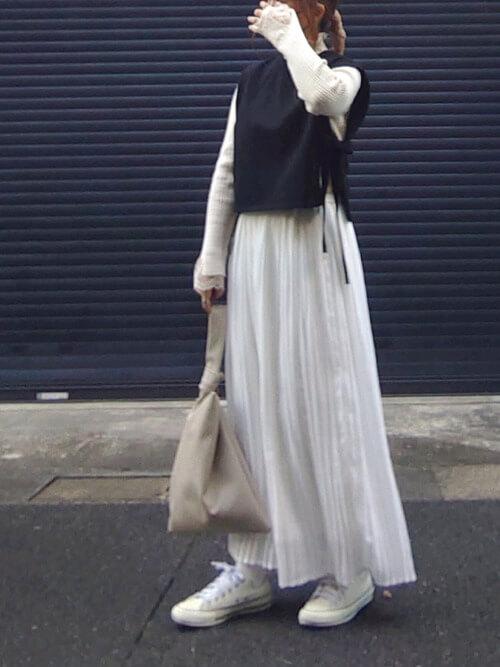 白のスカーチョ×ベージュのニットセーター×白のブラウス×黒のニットベスト×白のスニーカー