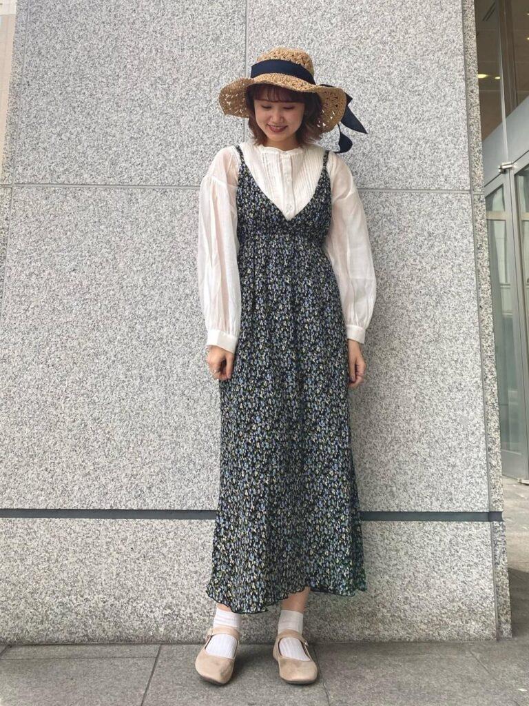 花柄キャミワンピ×白のシアーシャツ×バレエシューズ×麦わら帽