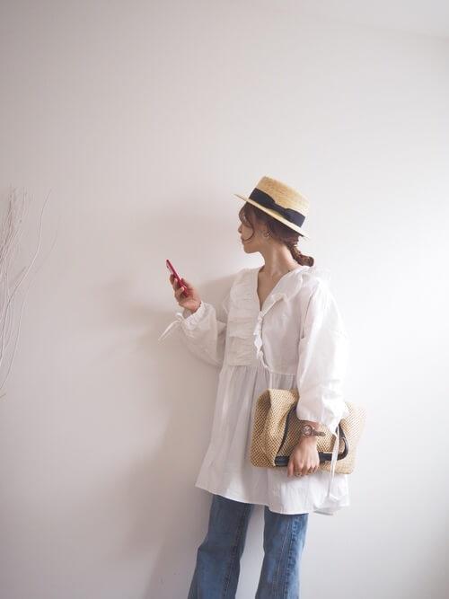 白のチュニック×セミフレアデニムパンツ×麦わら帽子×マルシェバッグ