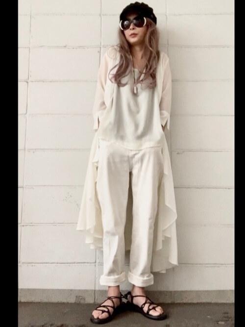 シャツワンピ×白のTシャツ×ホワイトデニム×キャスケットの春コーデ