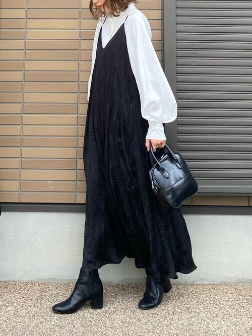 黒のキャミワンピ×白のボリューム袖シャツ×黒のブーツ