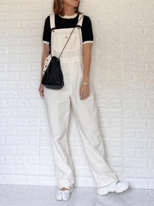 白のサロペット×黒のニット×白のスニーカーサンダル×黒の巾着バッグ