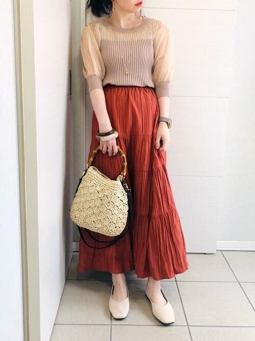 ティアードスカート×シアートップス×ベージュのパンプス×ベージュのバッグ