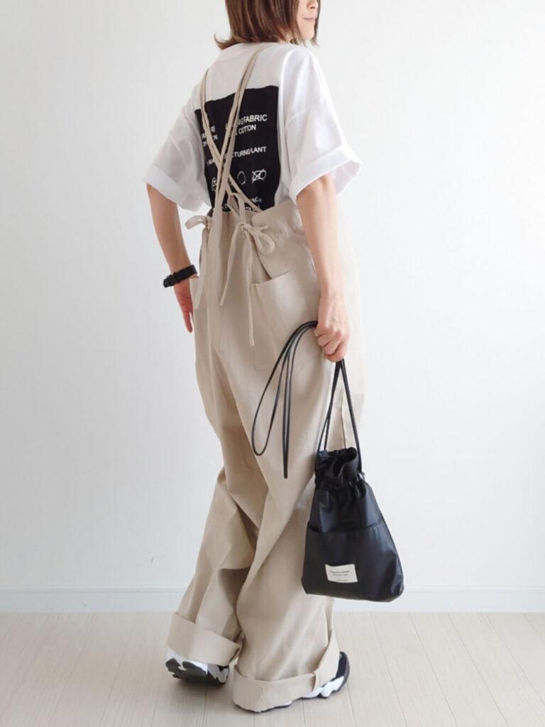 オーバーTシャツ×スニーカー×巾着バッグ×サロペットの夏コーデ
