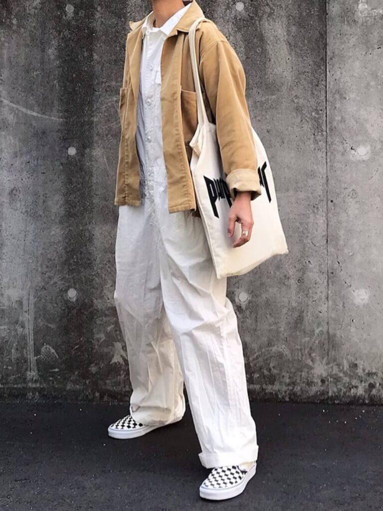 白のオールインワン×シャツジャケット×スニーカー