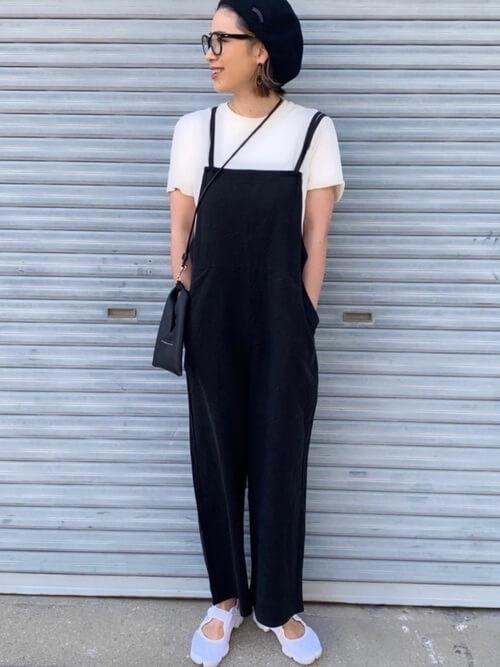 白のTシャツ×スニーカーサンダル×黒のサロペットの夏コーデ