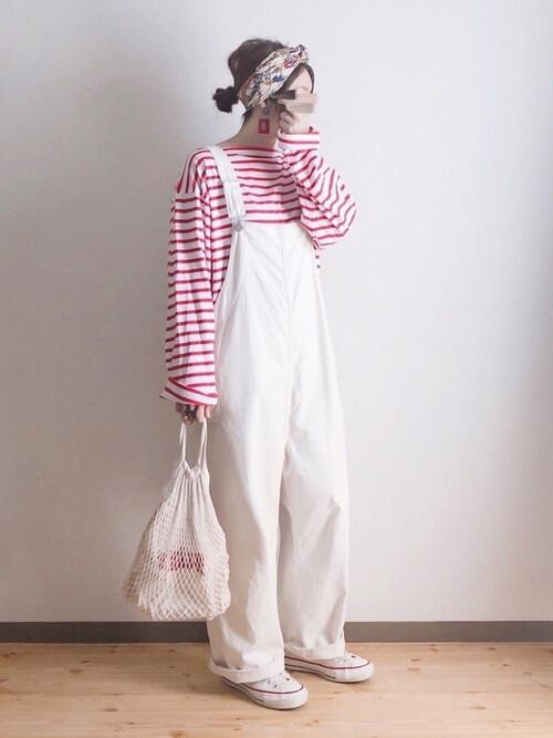 白のサロペット×ボーダーロンT×白のスニーカー×ネットバッグ