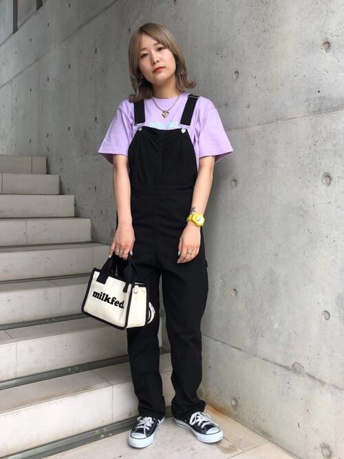 紫のTシャツ×スニーカー×黒のサロペットの夏コーデ