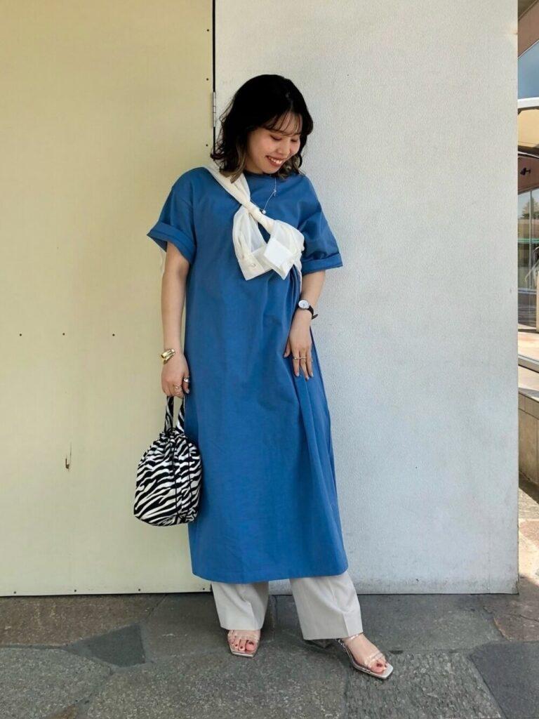 Tシャツワンピ×白のワイドパンツ×サンダルのアビスカラーコーデ