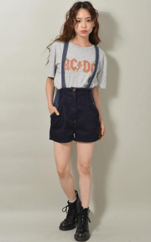 グレーのTシャツ×ショートブーツ×サロペット(ショートパンツ)の夏コーデ
