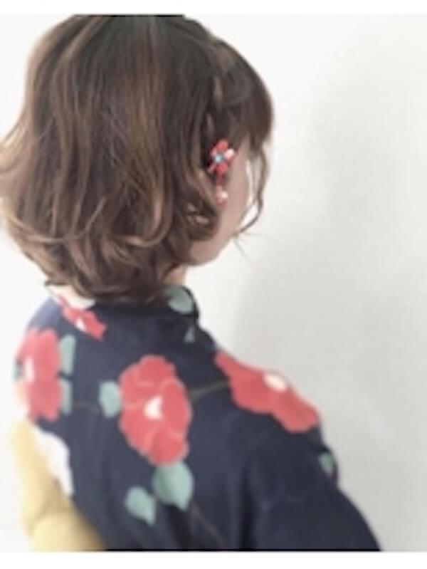 浴衣に合うレディースのボブの髪型:サイド編み込み×花飾り
