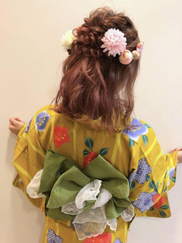 浴衣に合うレディースのボブの髪型:編み込みハーフアップ×花飾り