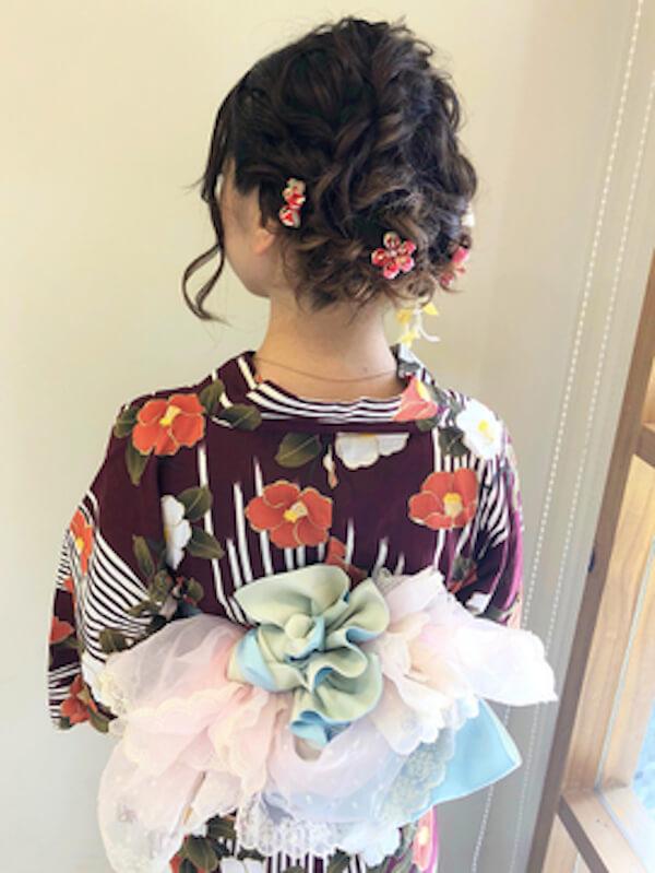 浴衣に合うレディースのボブの髪型:編み込みツインアップスタイル×花飾り