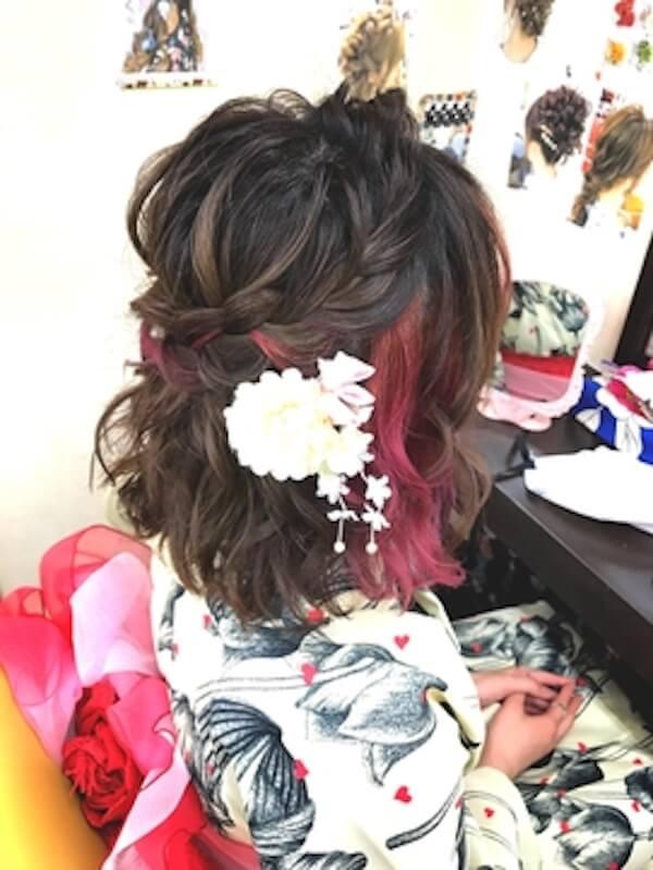浴衣に合うレディースのボブの髪型:三つ編みハーフアップ×花飾り