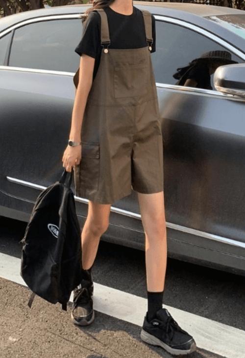 黒のTシャツ×スニーカー×サロペット(ショートパンツ)の夏コーデ