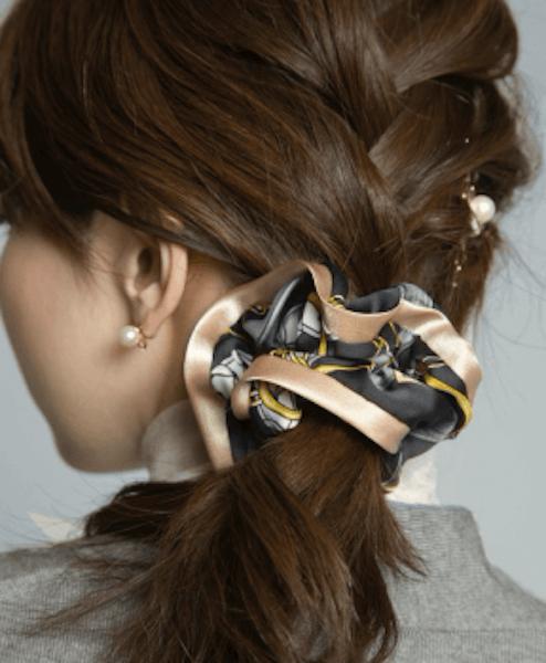 ミディアムの髪型に合うヘアアクセサリー:シュシュ