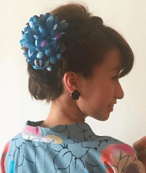 菊髪飾り+ショートの髪型