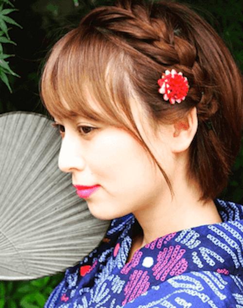 赤い花の髪飾り+ショートの髪型