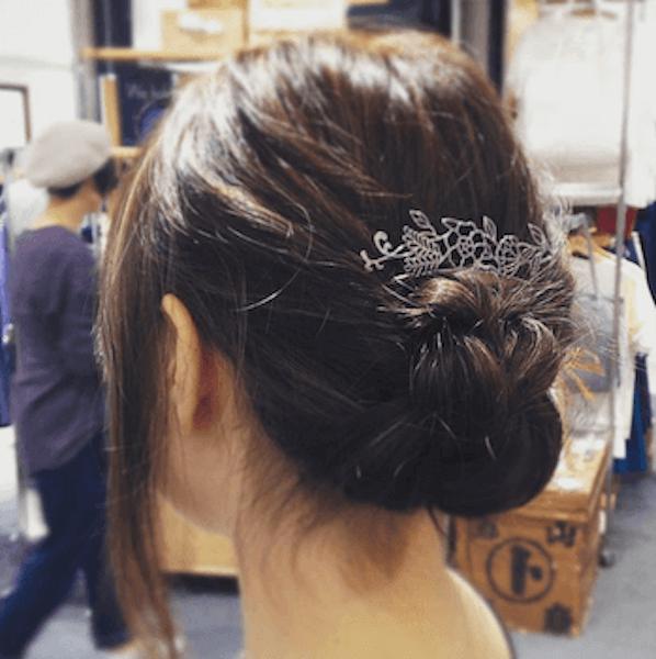 ロングの髪型に合うヘアアクセサリー:コーム