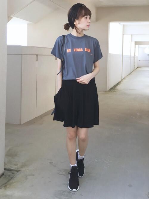黒のキュロット×グレーのロゴTシャツ×黒のスニーカー