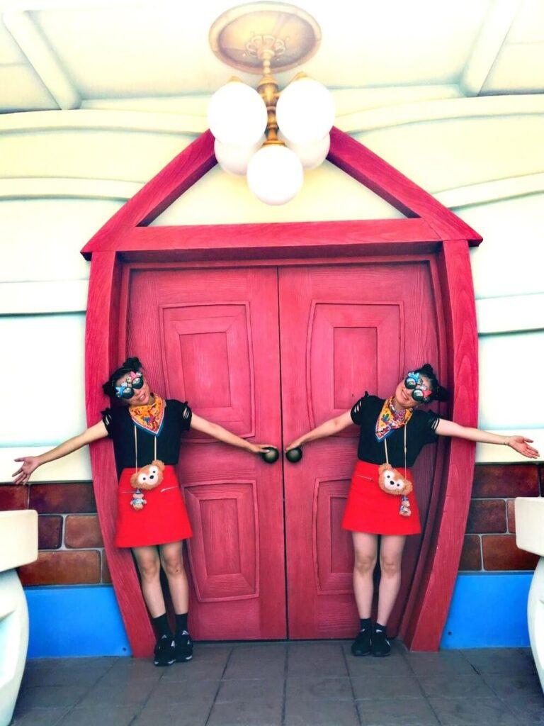 黒のTシャツ×赤の台形スカート×スニーカー×バンダナのディズニー双子コーデ