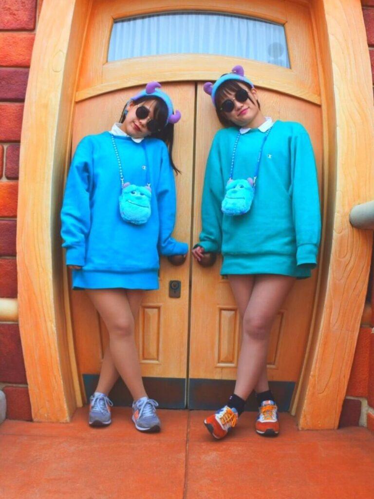 ブルーのニット×シャツ×サリーヘアバンドのディズニー双子コーデ